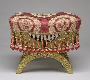 Tabouret (Hocker) aus der Sitzgarnitur des Großen Salons der Toskanazimmer -  Foto: BSV / Ulrich Pfeuffer
